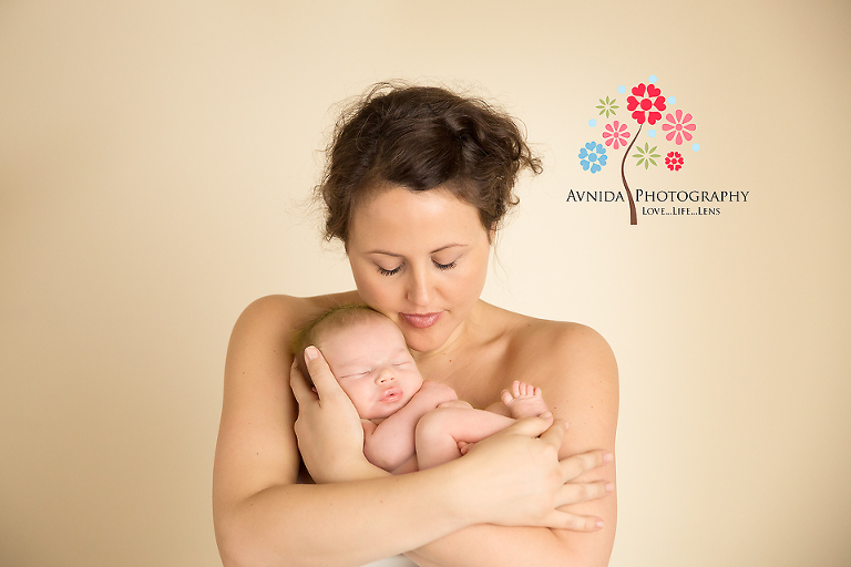 newborn photography basking ridge nj with mom by www.avnidaphotography.com